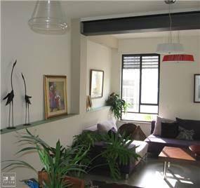 עיצוב מודרני מינימליסטי בסלון בדירה עירונית