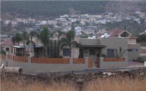 חזית בית פרטי בסגנון מודרני המשלב נגיעות כפריות .
