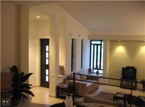 עיצוב מודרני מינימליסטי של המבואה והסלון בדירה בסביבה כפרית.