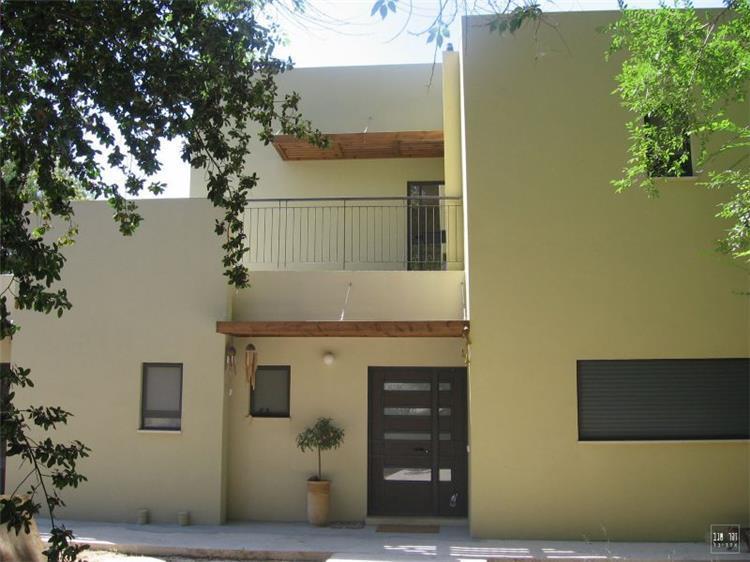 חזית כניסה לבית פרטי בסגנון מודרני המשלב נגיעות כפריות .