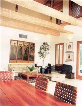 סלון עם קורות עץ בתקרה