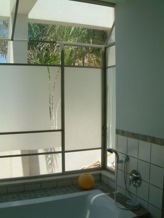 אמבט עם חלון צרפתי ודוגמא בזכוכית