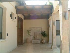 כניסה לבית בכפר הס