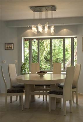 פינת אוכל כולל עיצוב השולחן והכסאות, התאמת צבעים ותאורה