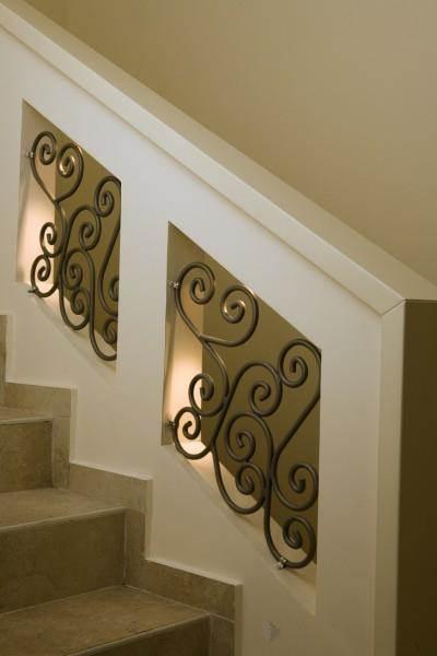 עיצוב ייחודי של חדר מדרגות, גבס משולב בפרזול ותאורה שקועה