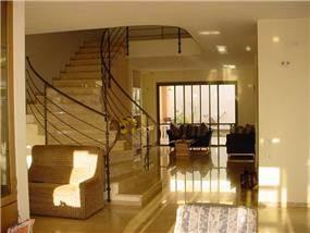 חדר מדרגות וסלון, וילה, שוהם - LDA Architecture & Design
