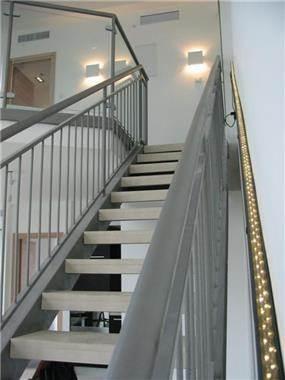 מדרגות, דירה במגדל נווה צדק - אורי עשת עיצוב אדריכלי