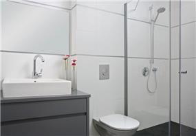 אמבטיה - חן בר-און