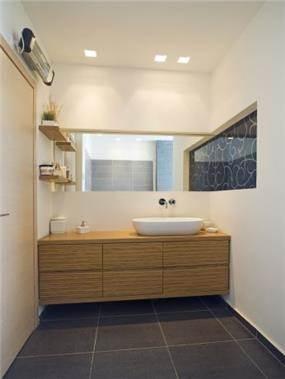 שילוב של עץ וזכוכית בחדר האמבטיה, עיצוב לילך לויט
