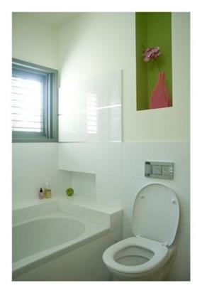 מבט לחדר אמבט לבן עם נגיעות ירקרקות, עיצוב לילך לויט