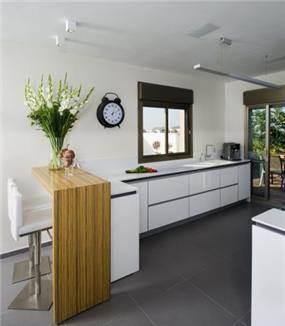 מטבח לבן בסגנון מודרני ונקי בשילוב דלפק עץ, עיצוב לילך לויט