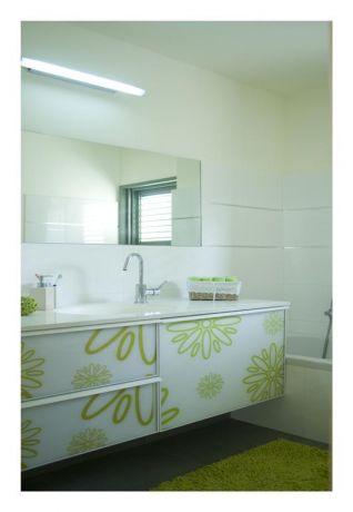 חדר אמבט בעיצוב נקי בעל קווים ירקרקים, בעיצוב ותכנון של לילך לויט