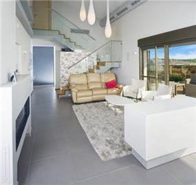 סלון בסגנון מודרני בגווני אפור ולבן, עיצוב לילך לויט