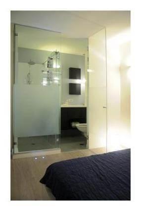 מבט אל חדר האמבט הצמוד לחדר שינה של הורים בעצוב ותכנון של לילך לויט