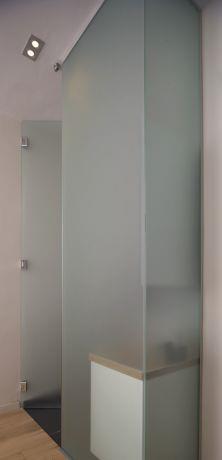 חדר האמבטיה של ההורים תחום בתוך קוביית זכוכית מודרנית, בעיצוב לילך לויט