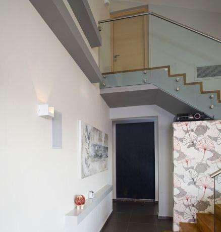 חלל מדרגות עם קיר טפט ומעקה מזכוכית, עיצוב לילך לויט
