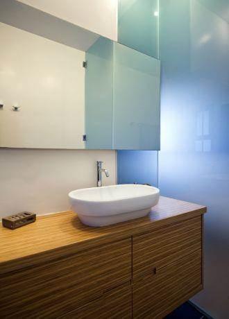 שילוב של זכוכית חלבית ועץ בחדר הרחצה, עיצוב לילך לויט