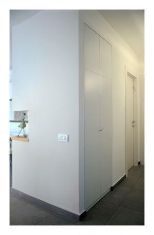 מבואה עם ארון מוסתר כחלק מהקיר , עיצוב לילך לויט