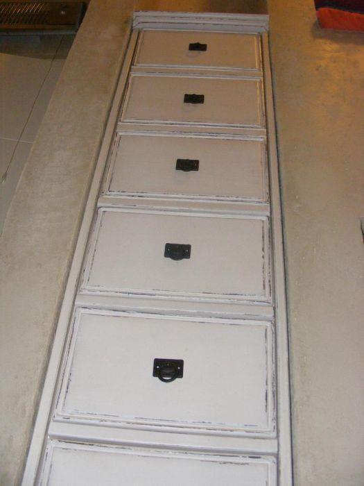ארון מגירות בנישה דלתות עליונות דמוי מגירה
