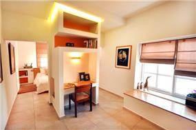בית ברח' יגאל אלון, מזכרת בתיה. חדר שינה + פינת עבודה. צילום: אלעד גוטמן.