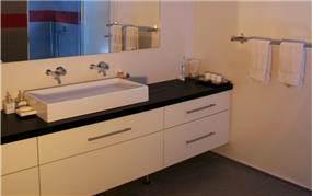 דירה בשד' רוטשילד, ת''א. חדר אמבטיה - סטודיו פרטים. צילום: אבישי פינקלשטיין
