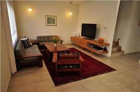 בית ברח' יגאל אלון, מזכרת בתיה. סלון - סטודיו פרטים. צילום: אלעד גוטמן.