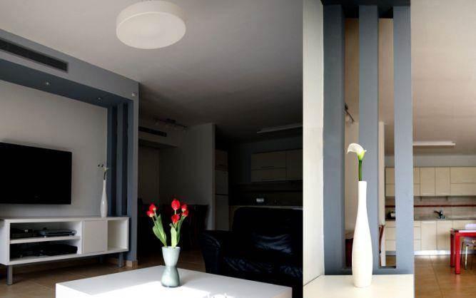 מבט למטבח והסלון בדירה בפתח תקווה, עיצוב סטודיו פרטים