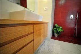 בית ברח' יגאל אלון, מזכרת בתיה. חדר אמבטיה - סטודיו פרטים. צילום: אלעד גוטמן.