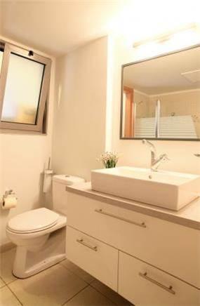 דירה ברח' ראש פינה,אם המושבות, פ''ת. חדר אמבטיה-סטודיו פרטים. צילום: אלין לב הר
