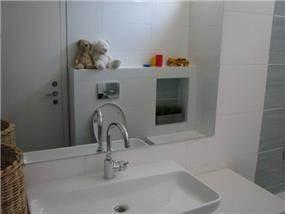 בית ברח' הגעתון, אורנית. אמבטיה כללית - סטודיו פרטים. צילום: לינור קמפאנו.