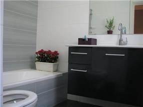 בית ברח' הגעתון, אורנית. אמבטיה הורים - סטודיו פרטים. צילום: לינור קמפאנו.