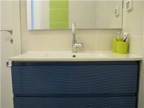 דירה ברח' בני רייך, נתניה. חדר אמבטיה - סטודיו פרטים. צילום: לינור קמפאנו.