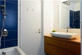 דירת גן ברחוב שינקין, גבעתיים. אמבטיה כללית, פרטים-סטודיו לאדריכלות ולעיצוב