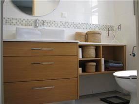 דירה ברח' משה סנה, אם המושבות, פ''ת. חדר רחצה הורים - סטודיו פרטים. צילום'' לינור קמפאנו.