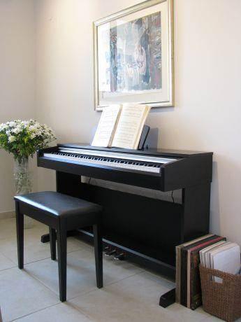 דירה ברח' משה סנה, אם המושבות, פ''ת. פינת הפסנתר - סטודיו פרטים. צילום: לינור קמפאנו.