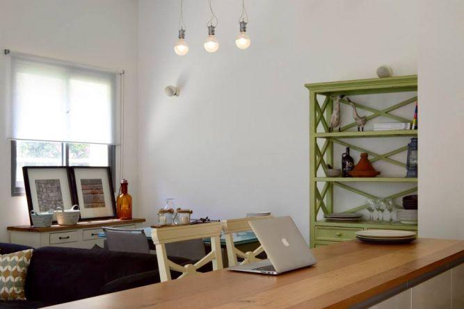 דירת גן ברחוב שינקין, גבעתיים. סלון ביתי מעוצב, פרטים-סטודיו לאדריכלות ולעיצוב