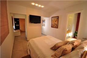 בית ברח' יגאל אלון, מזכרת בתיה. חדר שינה - סטודיו פרטים. צילום: אלעד גוטמן.