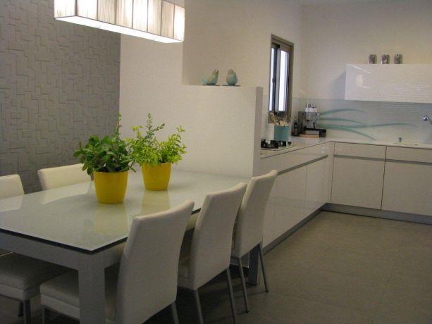 דירה ברח' בני רייך, נתניה. פינת אוכל ומטבח - סטודיו פרטים. צילום: לינור קמפאנו.