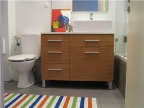 דירה ברח' משה סנה, אם המושבות, פ''ת. חדר אמבטיה ילדים - סטודיו פרטים. צילום: לינור קמפאנו.