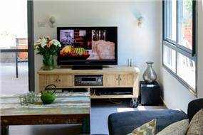דירת גן ברחוב שינקין, גבעתיים. סלון ביתי בעיצוב פרטים-סטודיו לאדריכלות ולעיצוב