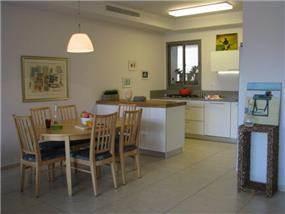 דירה ברח' משה סנה, אם המושבות, פ''ת. עיצוב מטבחים ופינת אוכל - סטודיו פרטים. צילום: לינור קמפאנו.