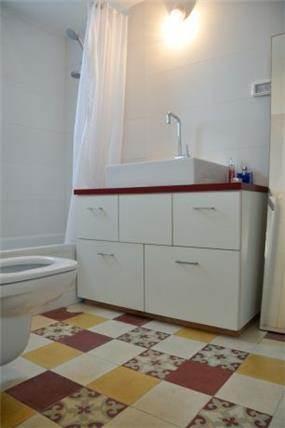 דירה ברח' מרים החשמונאית, תל אביב. חדר אמבטיה-  סטודיו פרטים