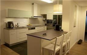 מטבח לבן בסגנון מודרני, עיצוב סטודיו פרטים