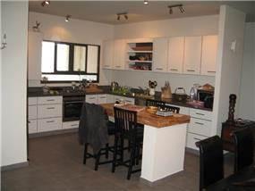 מטבח לבן בדירה בצמרות הרצליה - ליאורה שורץ אדריכלות ועיצוב פנים