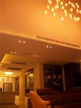 """תאורת סלון במראה ביתי וחם. עיצוב ע""""י אורית בנדר"""