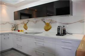 מטבח לבן עם חיפוי קיר מזכוכית בעיצוב לימור בן הרוש