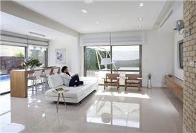 סלון בגווני לבן בשילוב עץ, עיצוב לימור בן הרוש