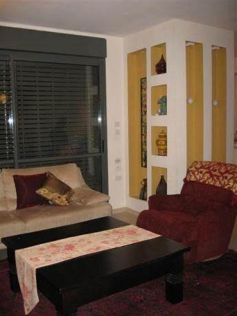 נישת גבס דקורטיבית בסלון בסגנון ביתי וחם. עיצוב: ענת פרידמן - מבט אחר
