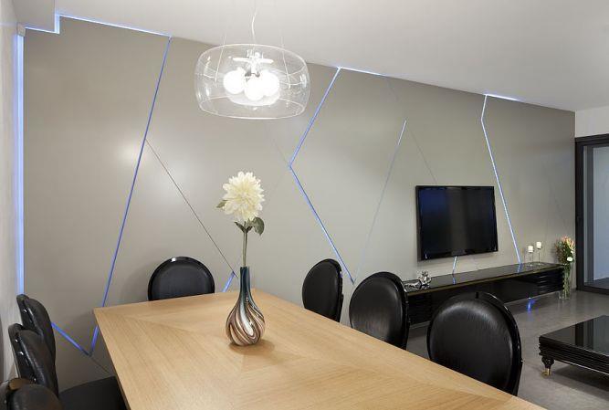 קיר סלון בגימור אפוקסי מיוחד ובשילוב תאורה סמויה. עיצוב: יוסי שאול YS-DESIGN