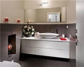 עיצוב חדר רחצה המשלב קרמיקה מודרנית, ארון מרחף וטייח גלי.עיצוב: יוסי שאול YS-DESIGN